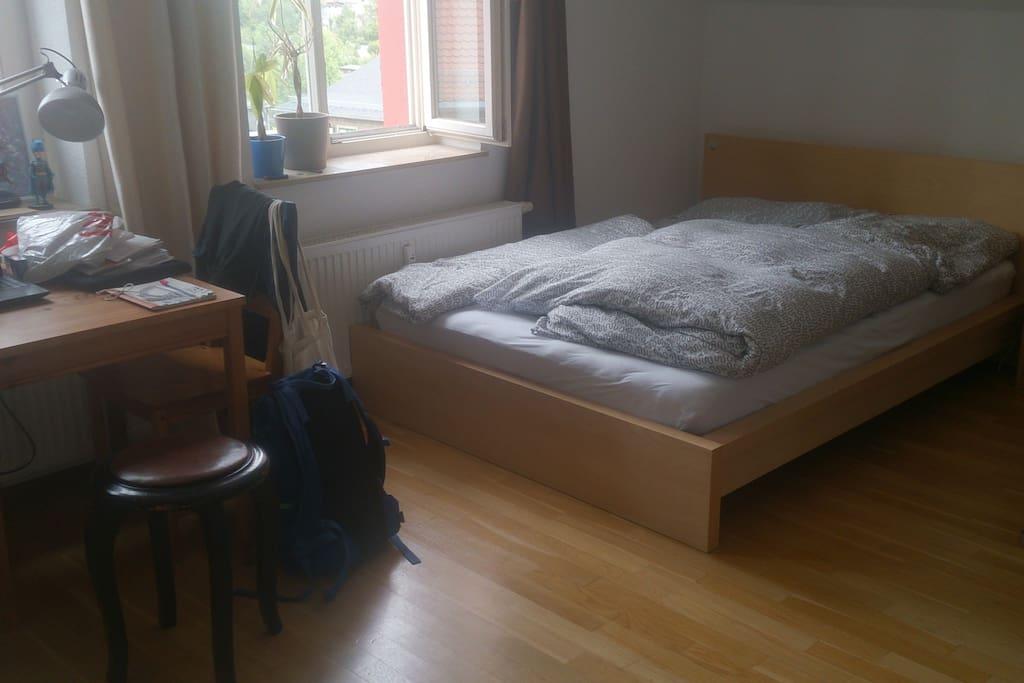 Bett und Schreibtisch