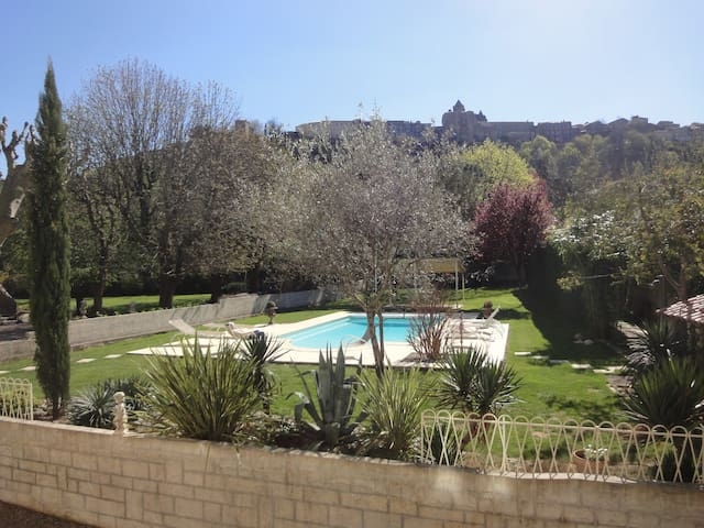Vue sur le château d'Aubenas