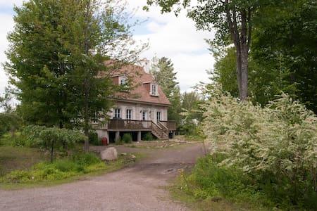 Chambres dans magnifique domaine nature et boisé - Saint-Colomban - Alojamento na natureza