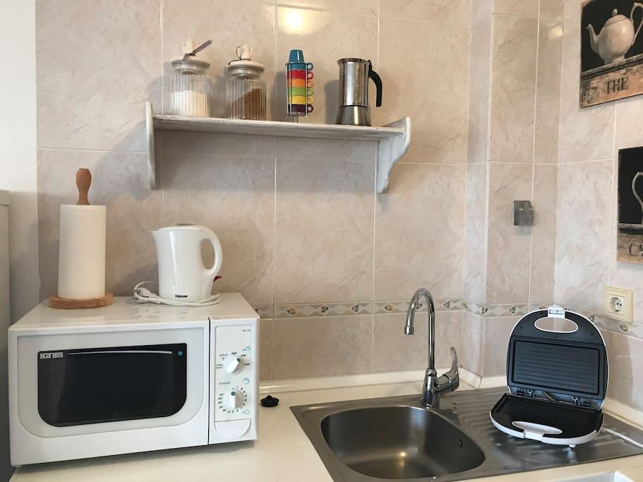 La cucina è piccola ma fornita di tutto