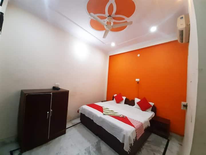 King Bed Room with HOT WATER : Near Taj Mahal