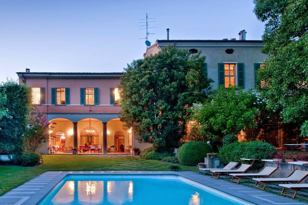 manoir et d pendance avec grand jardin et piscine villas. Black Bedroom Furniture Sets. Home Design Ideas