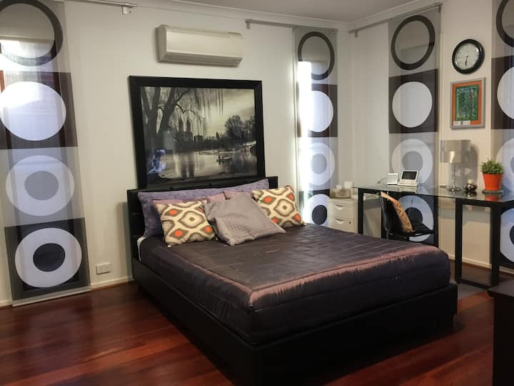 Fully furnished, en suite in  Williams Landing *E