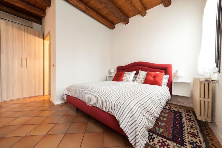 Camera da letto con armadio e porta che da' accesso al bagno