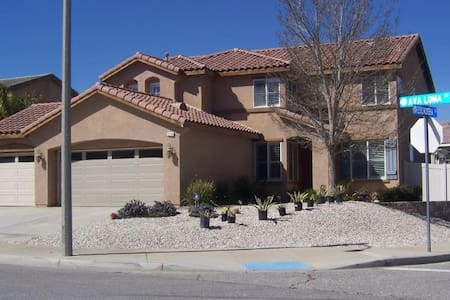 Great Spacious 6 BedRoom pool home in VICTORVILLE