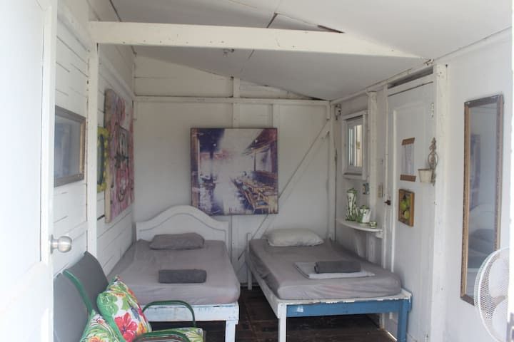 one room with 2 beds single