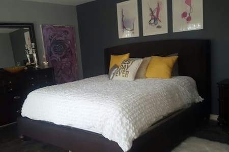 Beautiful Master Bedroom 5 min from  lake w pool - Casa