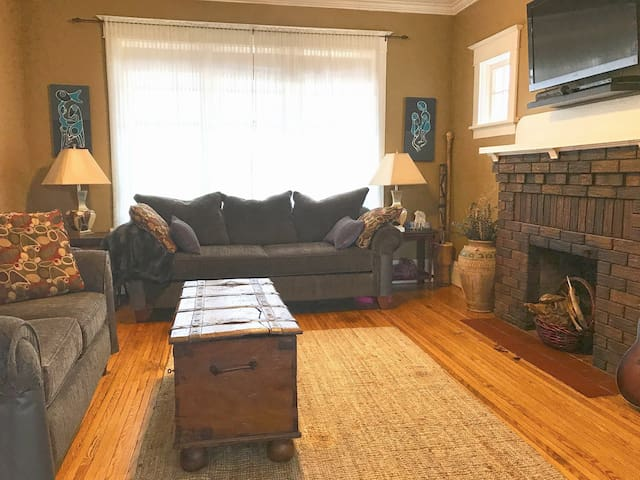 15 Minute Walk to Downtown Galt -Cozy Century Home