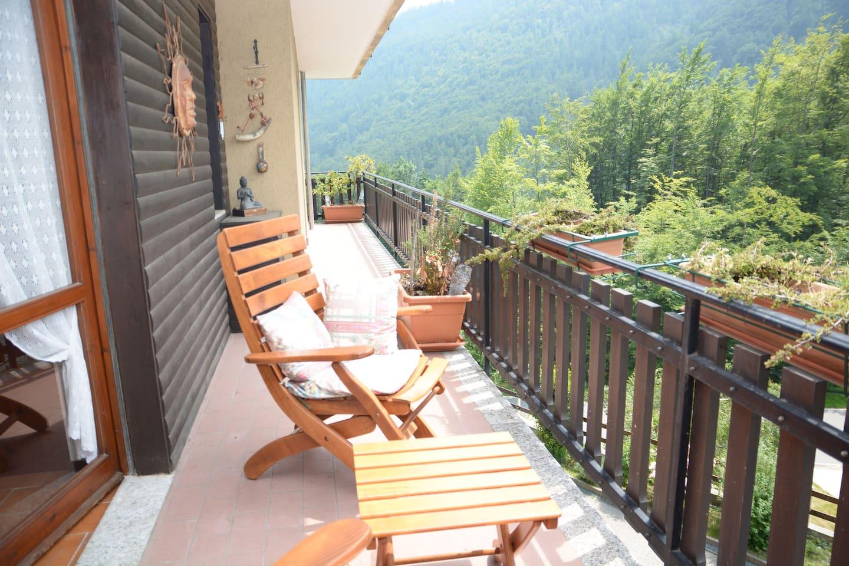 Il soleggiato e lungo balcone che abbraccia tutto l'appartamento