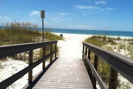 Comfortable 2BR condo, walk to all sand beach - Saint Pete Beach - 公寓