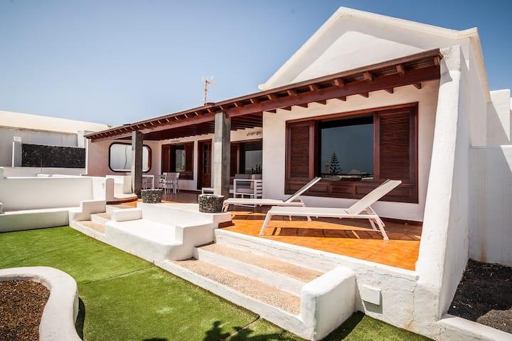 ¡OPORTUNIDAD! Villa exclusiva al lado del mar