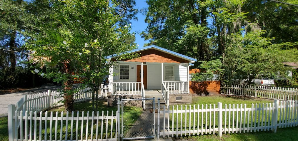 CHARMING & renovated cozy beach style cottage!