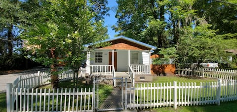 Southern & Charming Cottage at Tiny House Village!