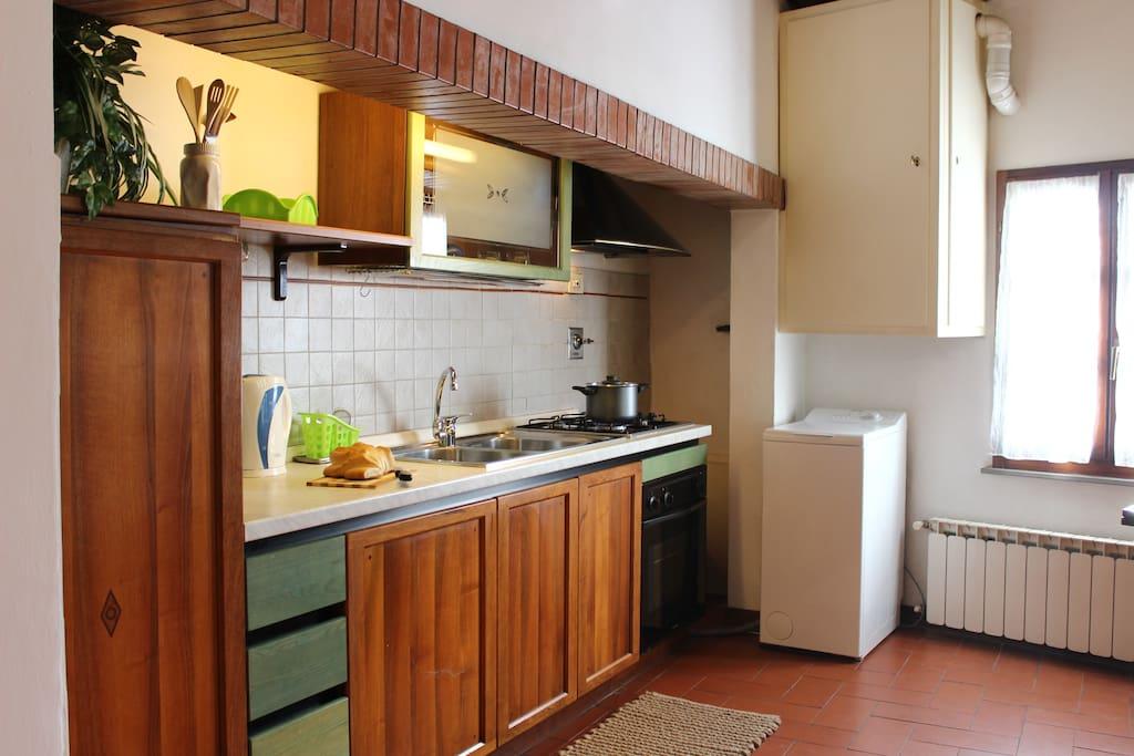 The fully equipped kitchen with oven, fridge, freezer, toaster etc. - La cucina accessoriata con forno, frigo, freezer, tostapane etc.