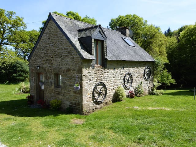 Hazel Cottage; shared heated pool set in 30 acres - Persquen