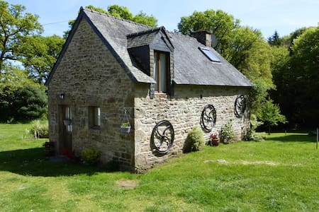 Hazel Cottage; shared heated pool set in 30 acres - Persquen - Dom