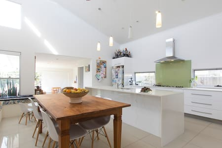 The Beach House - 2 mins walk to the water & cafes - Golden Beach