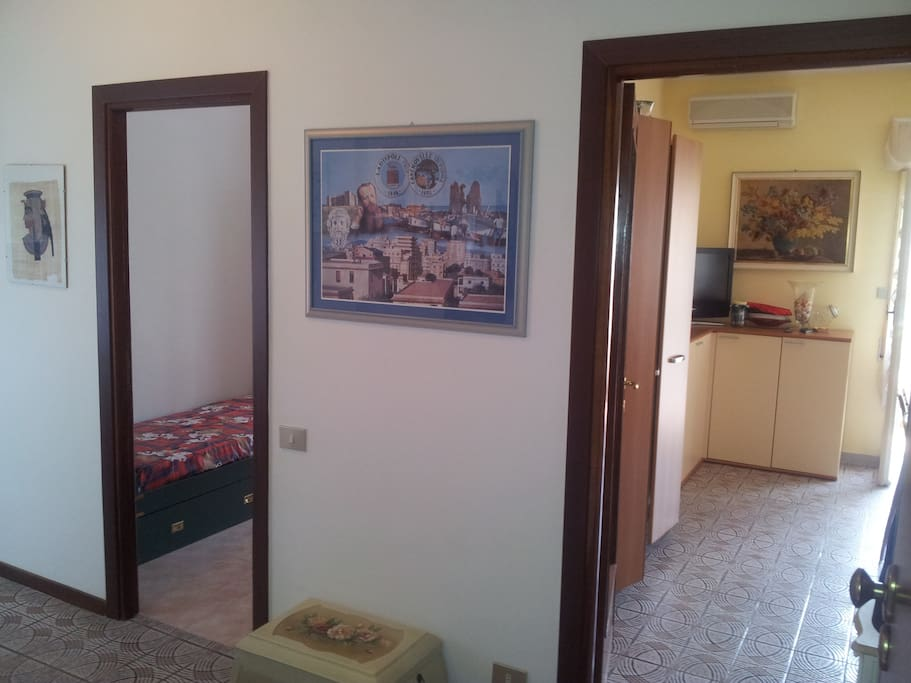 Accesso zona Living e 1 camera da letto con 2 letti singoli.