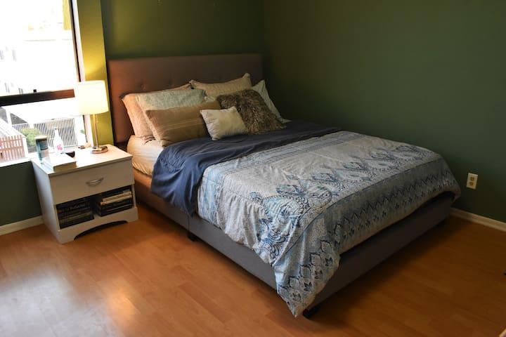 Cozy and Spacious Private Bedroom & Bathroom