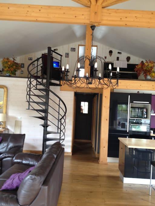 vue du séjour maison principale, salon, salle à manger, mezzanine
