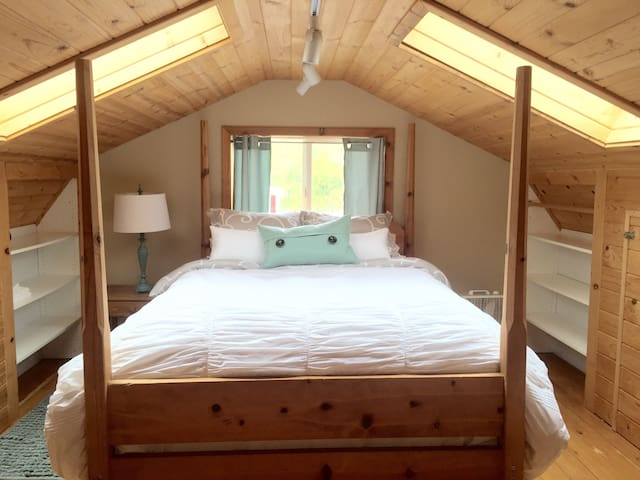 Upstairs loft bedroom with super comfortable queen bed
