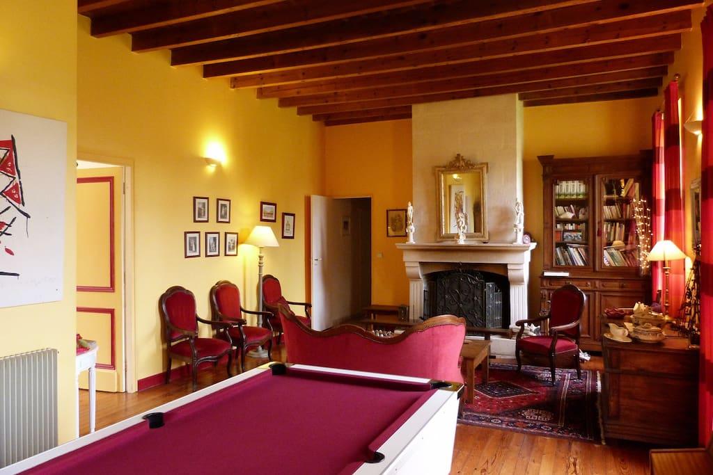 intérieur ,de la propriété avec salon billard , cheminée