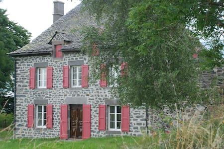Le Credos Maison de caractère 1856 - Marcenat - 独立屋