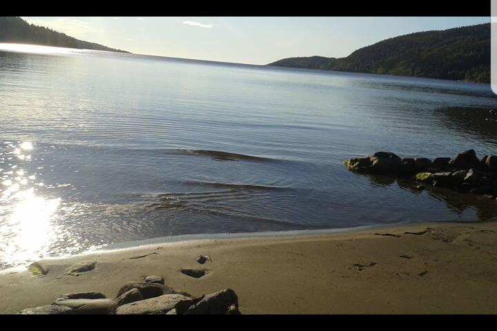 Havsnära liten stuga med fantastisk utsikt