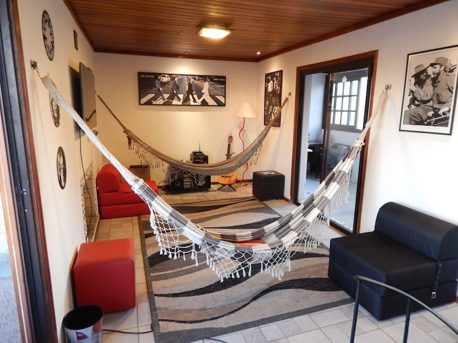Sala parte superior estilo cabana com duas redes para relaxar