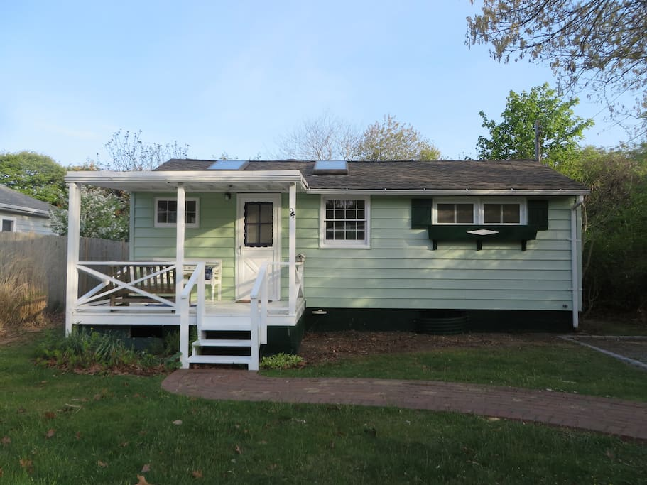Adorable Cottage 2 blocks from Private White Sand Beach