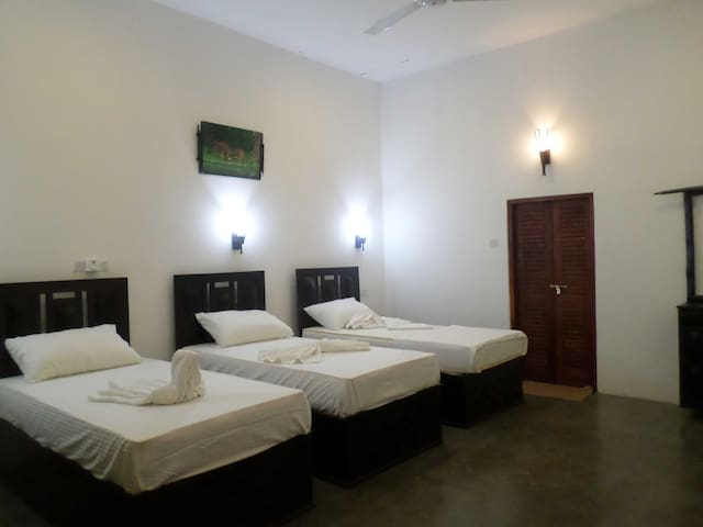 Yalaway Hide Resort - Deluxe Triple Room - Kataragama - Maison
