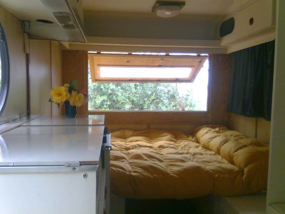 interno caravan, letto matrimoniale