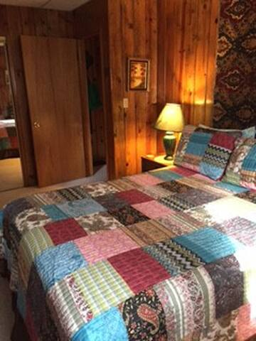 Master bedroom, queen bed