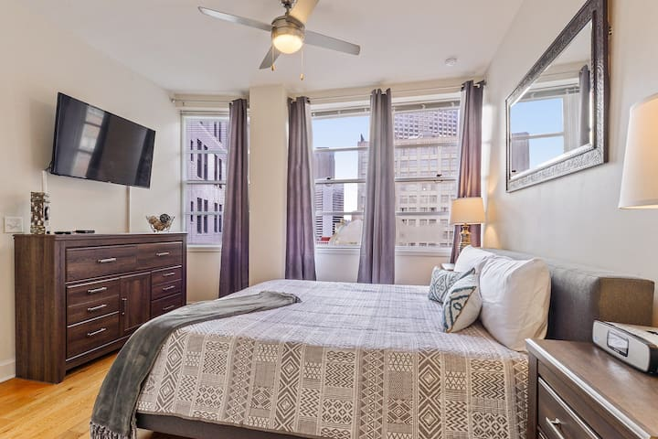 #1115-HIGHRISE CONDO CANAL ST/ FRENCH QTR SLEEPS 4