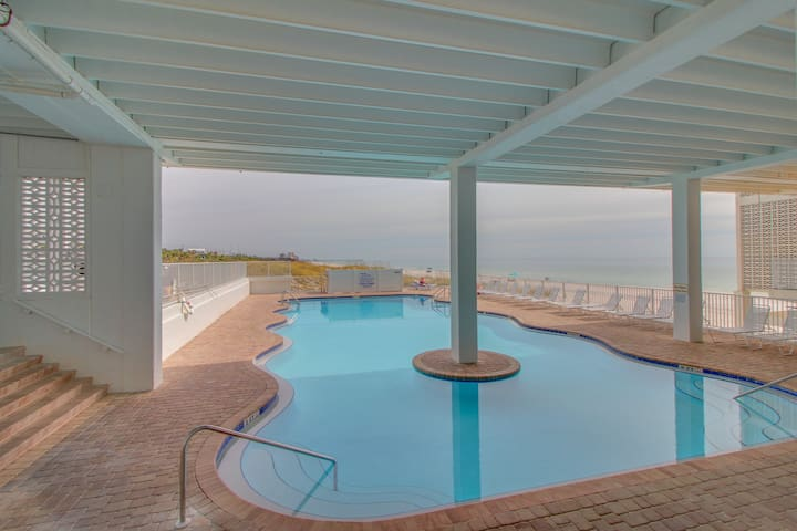 Directly on the beach*Close to Pier Park!!
