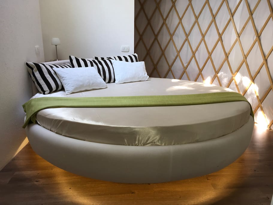 King round bed uner a central dome in a bedroom
