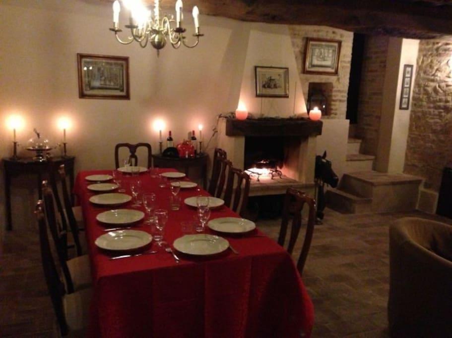 L'ampio tavolo del salotto pronto per una cena tra amici.