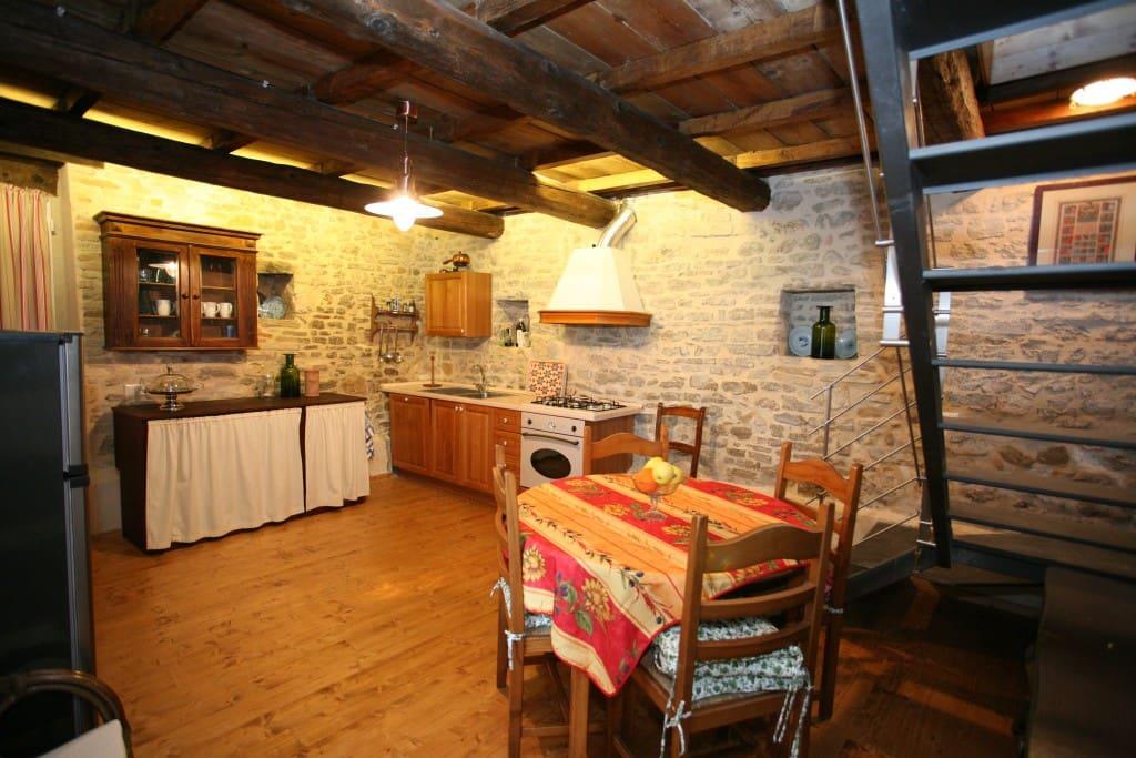 La cucina dell'Appartamento del Caminetto.