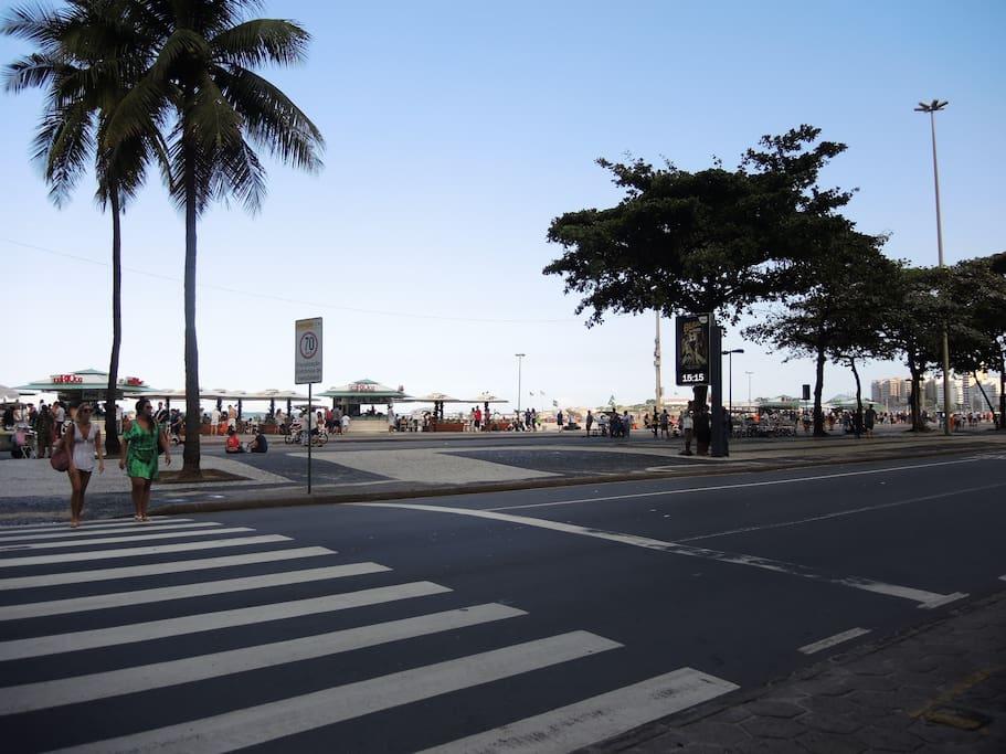 A saída do predio fica em frente a praia