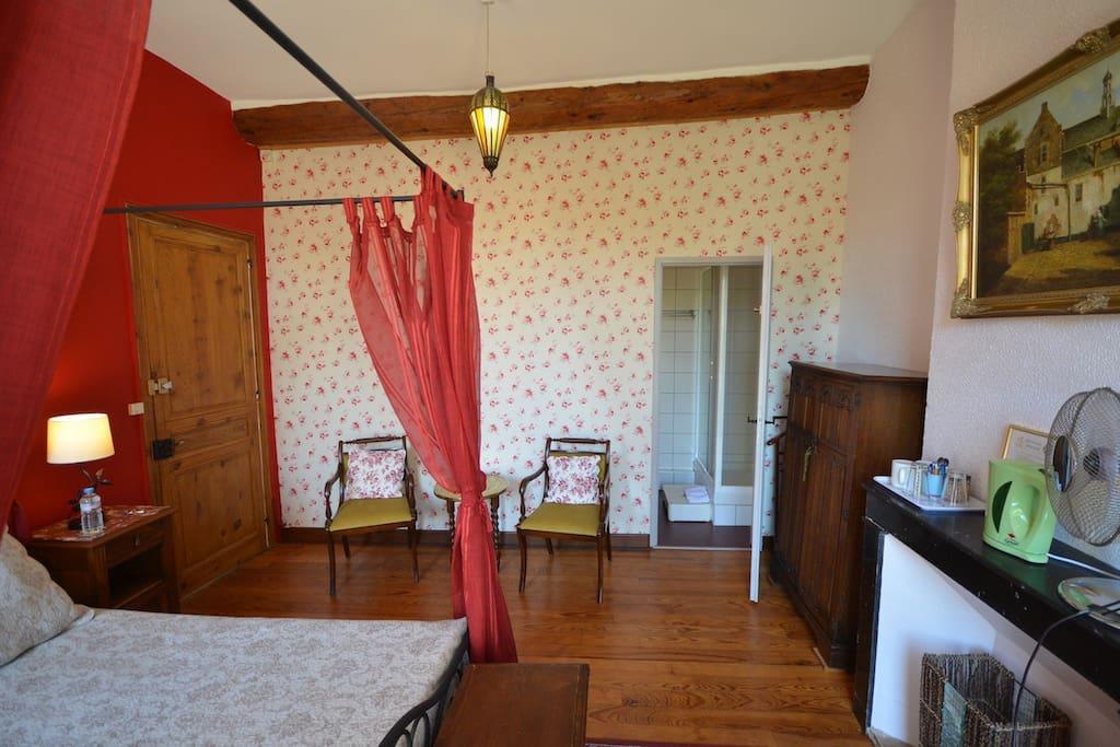 Chambre spacioeuse avec avec direct à la salle de douche. (photo grand angle)