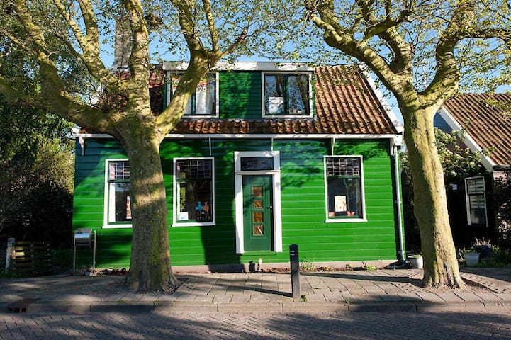 Traditional wooden Dutch house - Zaandam - บ้าน