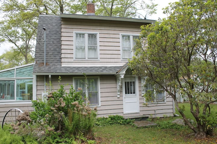 Charming beach house 2 blocks from beach - East Lyme - Talo