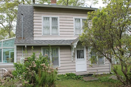 Charming beach house 2 blocks from beach - East Lyme - House
