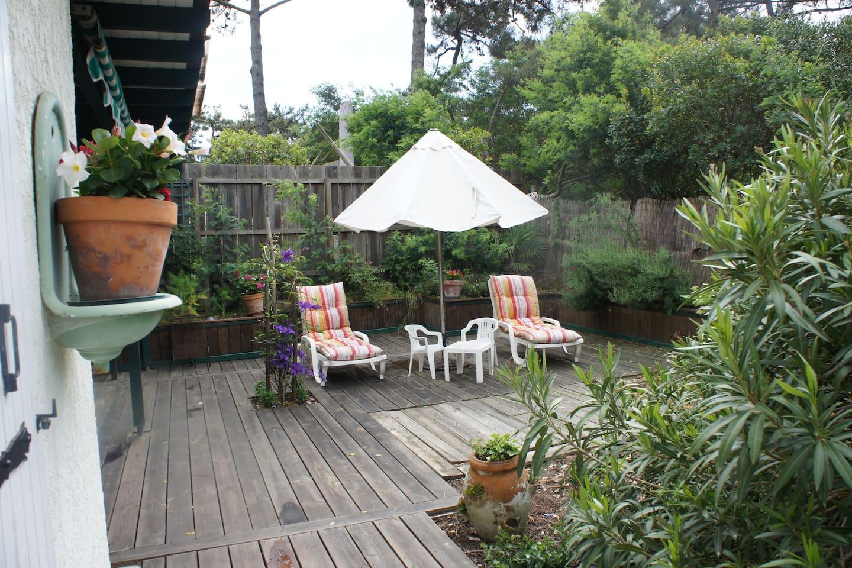 La terrasse en bois invite au repos, dans le prolongement de la cuisine.