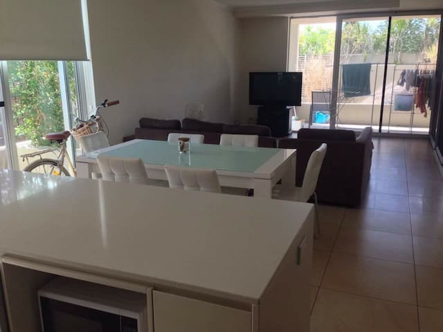 Private Queen room in apartment so close to city - Brisbane City