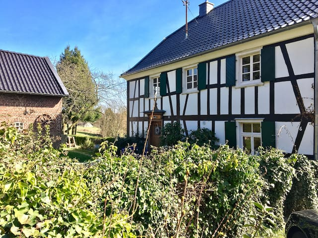 Timberwoods room in idyllic countryside cottage - Nümbrecht - Huis