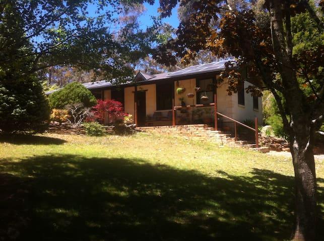 Delightful stone cottage on acreage - Wentworth Falls - Rumah