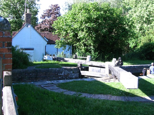 One Bed in Charming Canalside Cottage Wiltshire - Wiltshire