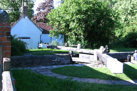 One Bed in Charming Canalside Cottage Wiltshire - Wiltshire - House