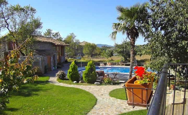 Encantadora casa familiar, piscina y tranquilidad